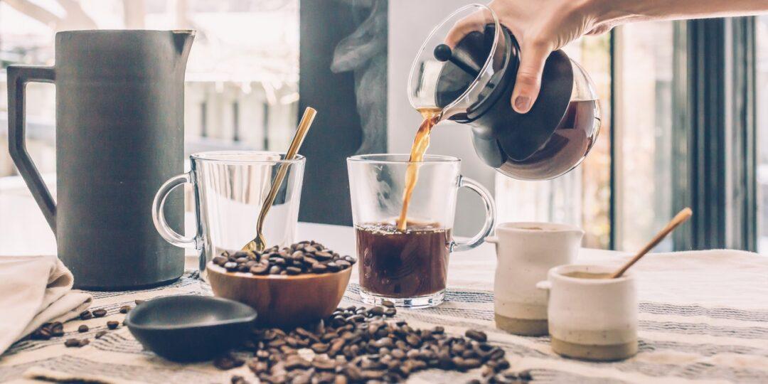 Kaffee wird eingeschüttet