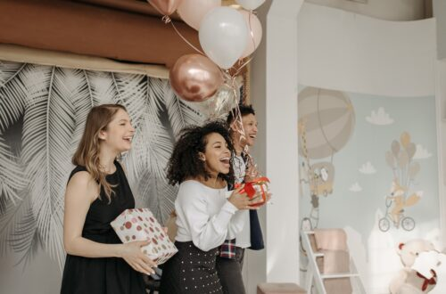 Geschenke und Ballons