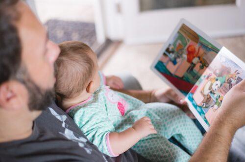 Vater und Kind lesen ein Buch
